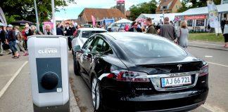 Электромобиль Tesla Model S заряжается в Дании