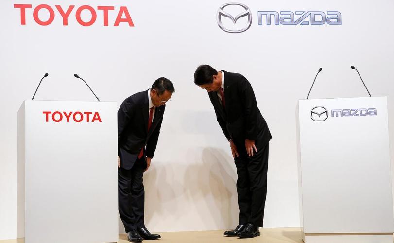 Глава Toyota Акио Тойода и глава Mazda Масамичи Когаи