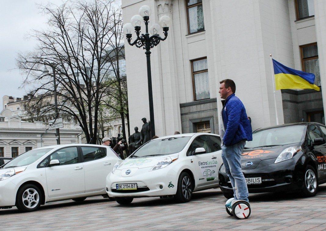 Электромобили Nissan Leaf под Верховной Радой